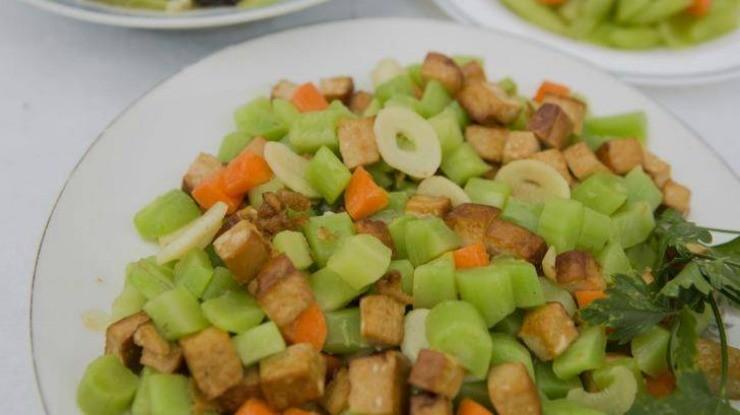 блюдо со спаржевым салатом