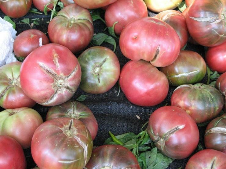 розовые томаты растрескались