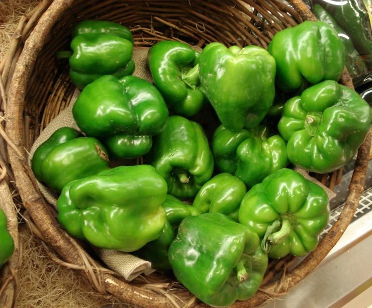 зелёный перец в корзине