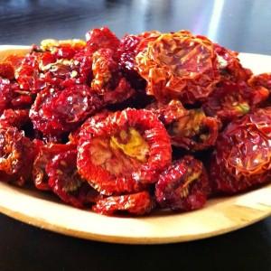 сушеные томаты на тарелке