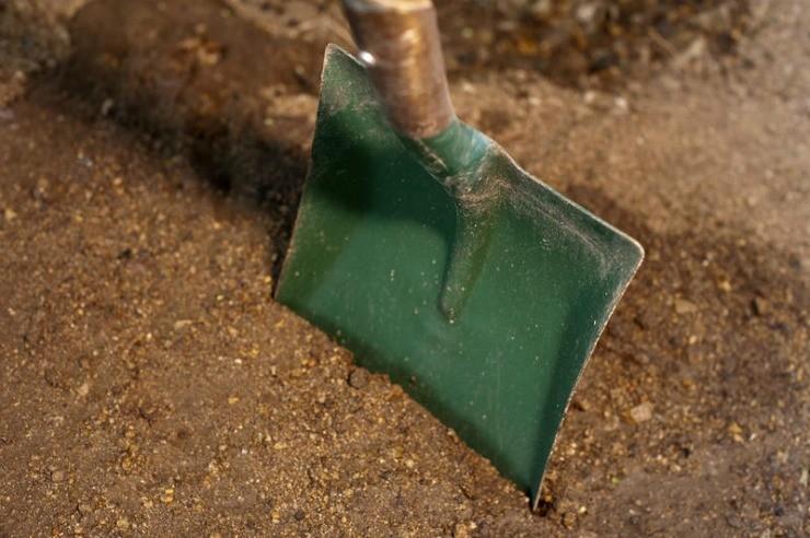 лопата в почве
