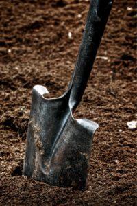 лопата в грунте