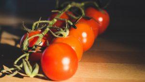 томаты черри на ветке