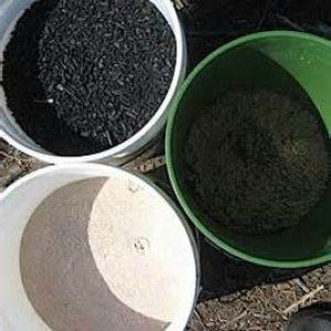 минеральное удобрение в ведрах