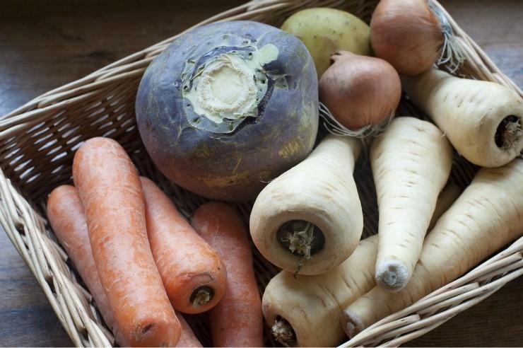 корнеплодные овощи в корзинке
