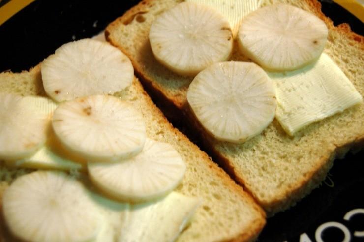 дайкон на бутербродах