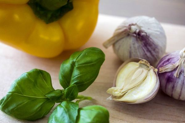 листики базилика, чеснок и желтый перец