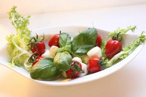 базилик, томаты черри и салат