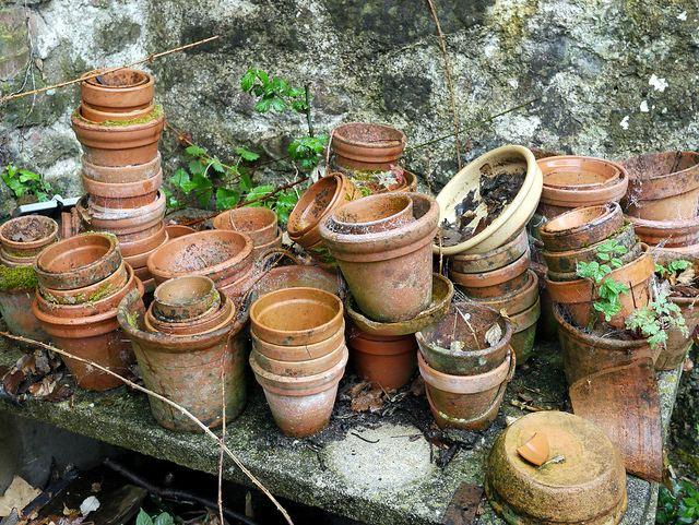 грязные глиняные горшки