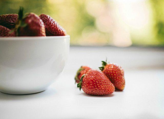 ягоды клубники в тарелке