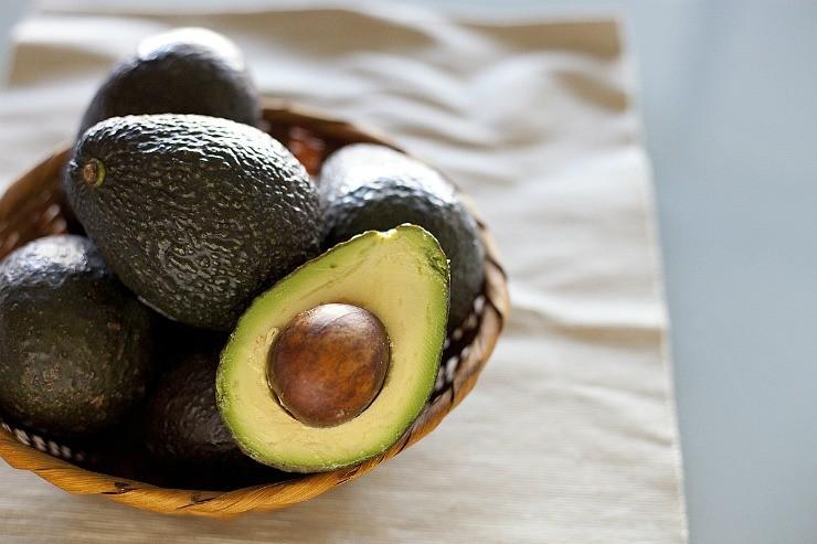 плоды авокадо в корзинке
