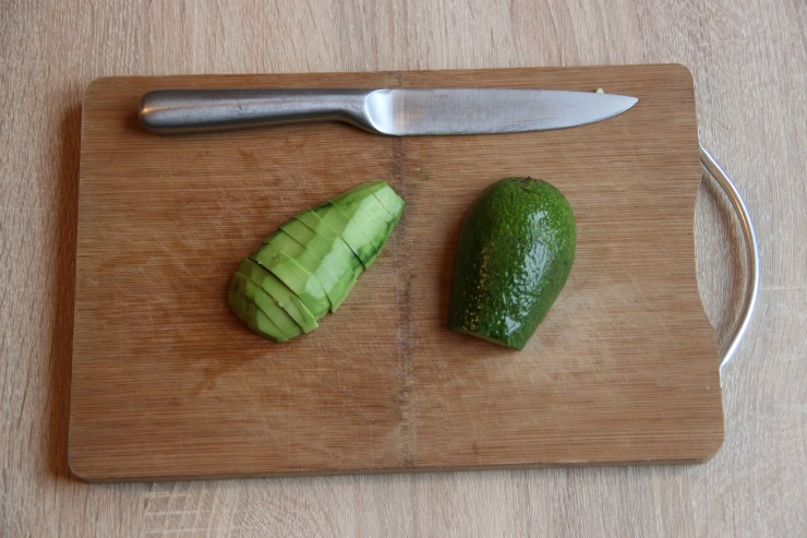 нарезка авокадо ломтиками