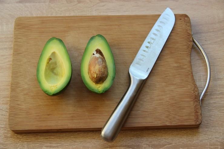 разрезанный авокадо с косточкой