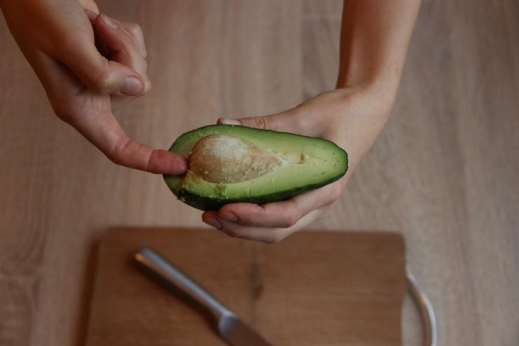 удаление косточки авокадо вручную