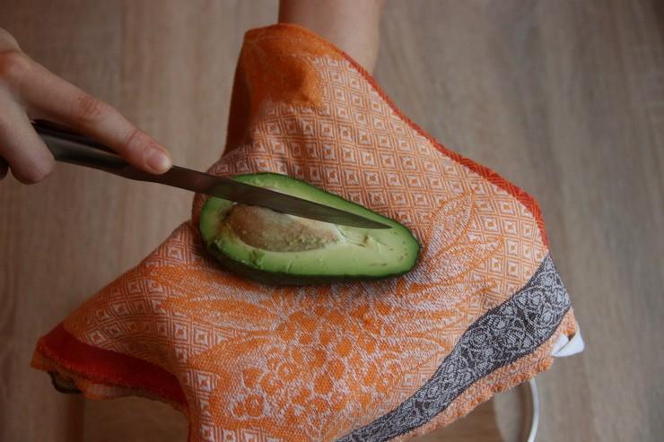 удаление косточки авокадо ножом способ