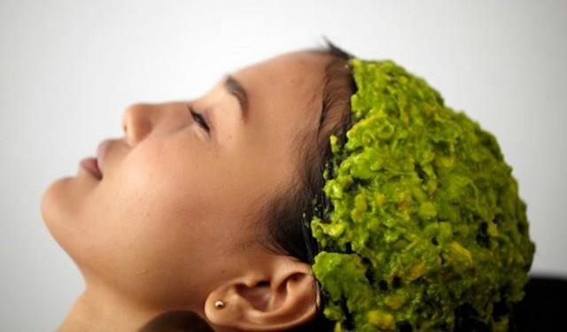 девушка делает маску из авокадо для волос