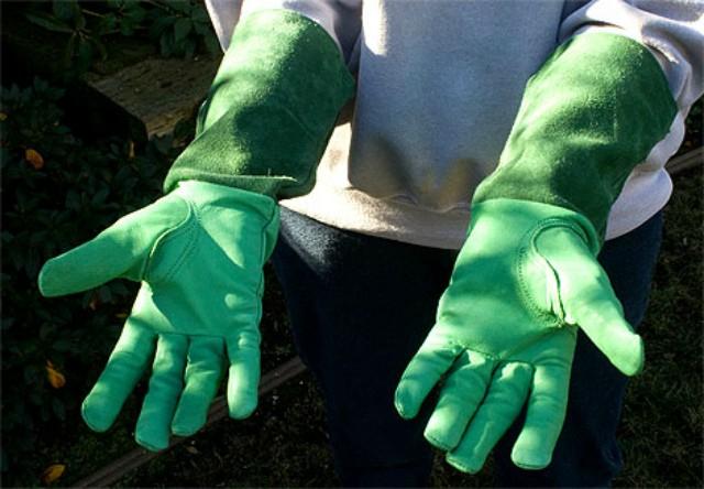 руки в садовых перчатках