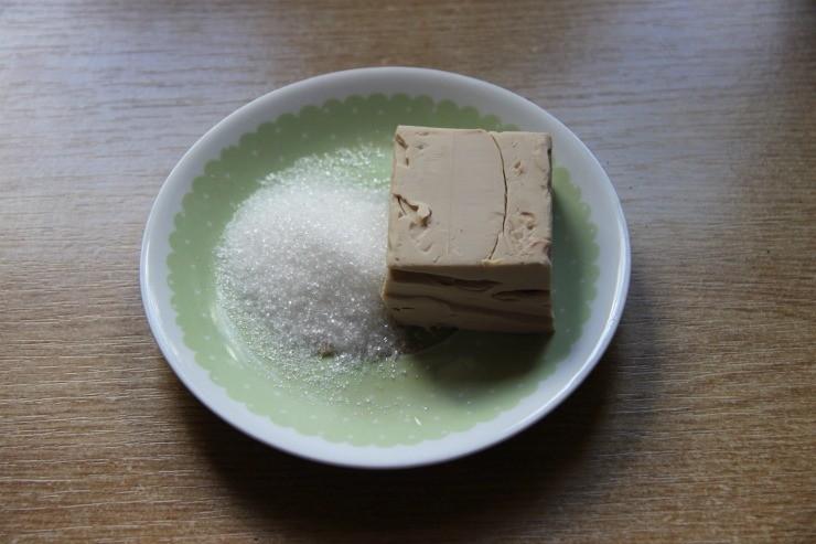 сырые дрожжи и сахар на тарелке