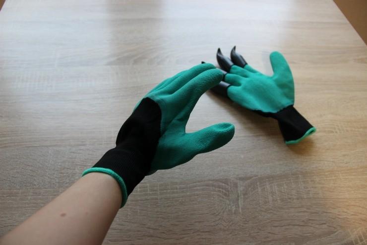 перчатки с когтями на руке